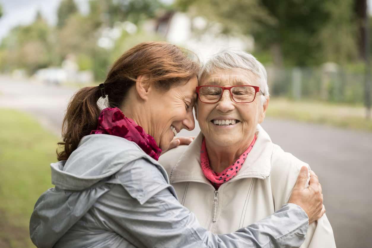 Famílias, não tenham dúvidas: acompanhamento profissional é a melhor forma de cuidar de familiares idosos. Saiba o porquê em nosso blog!